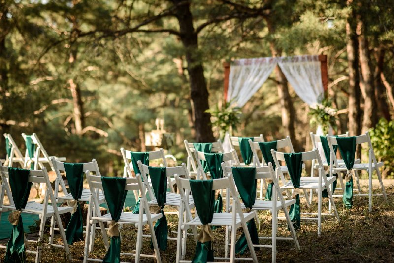 allestimento cerimonia per matrimonio nel bosco
